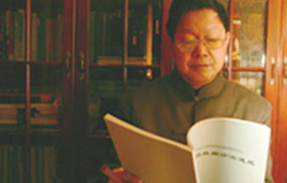 Dr. Chen Guoyi reading medical notes