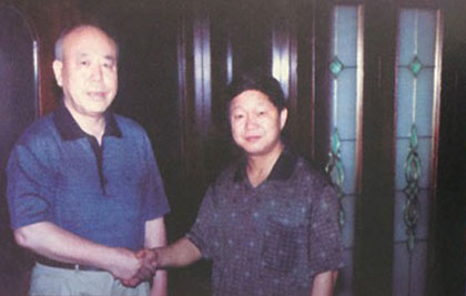 Dr. Chen Guoyi shaking hands with NA Hemorrhoids clinic patient